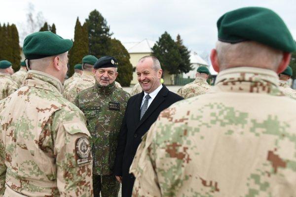 Náčelník Generálneho štábu OS SR generál Milan Maxim a minister obrany SR Peter Gajdoš pri rozlúčke s vojakmi.