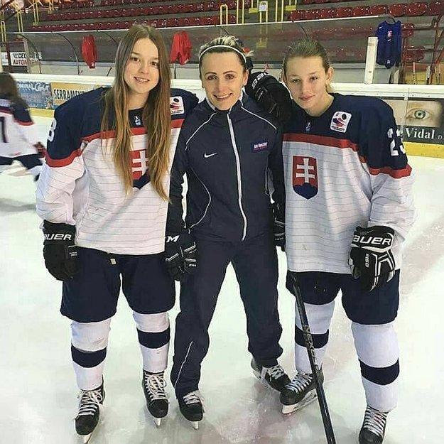 Lucia halušková (vpravo) so spoluhráčkou Júliou Matejkovou a trénerkou Barborou Kežmarskou