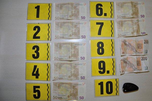 Falšované bankovky.