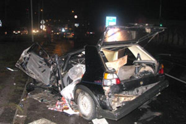 Zo zdemolovaného golfu vytiahli vodiča s ťažkými zraneniami.