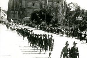 Košickí skauti pochodujú mestom počas legionárskych osláv.