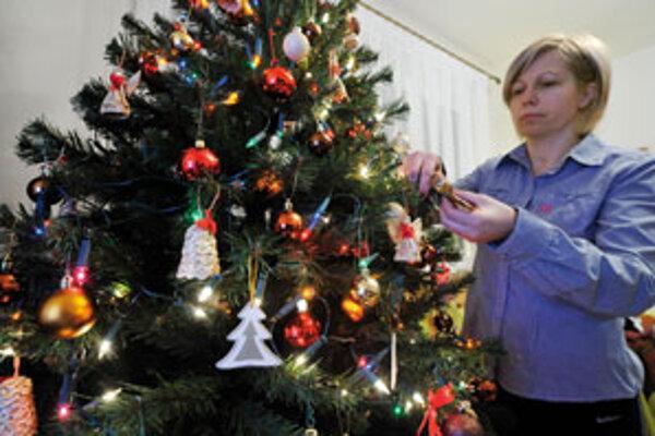 Odpoveď na otázku, prečo sa najznámejším symbolom Vianoc stala práve drevina, nie je jednoznačná.