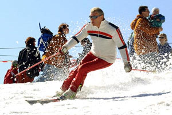 Vďaka umelému zasnežovaniu sa dá lyžovať vo viacerých strediskách.
