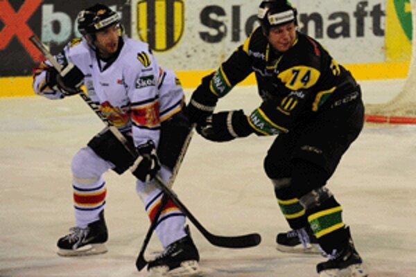 Zvolenčania (v bielom Jaroslav Kóňa)získali na ľade žiliny veľmi dôležité body.