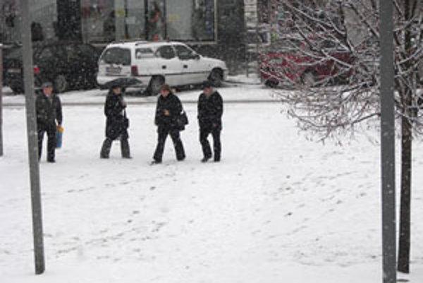 Sneh prikryl trávnik a ľudia stratili zábrany. Chodia krížom.