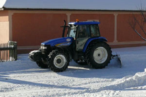 Pri snežení sú obce väčšinou odkázané na súkromníkov, ktorí majú potrebnú techniku.