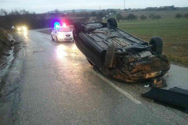 Pri dopravnej nehode sa auto prevrátilo na strechu.