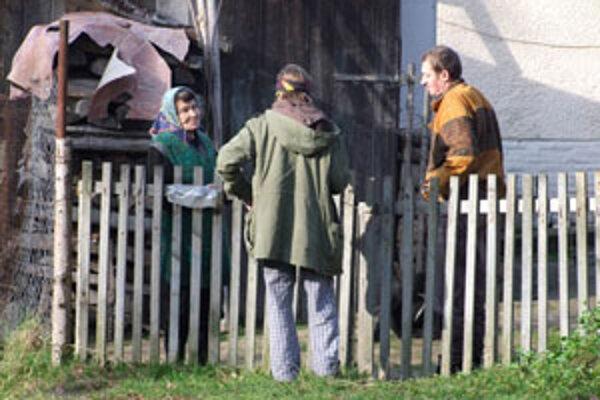 Dobrovoľník informuje o výhodách kompostovania.