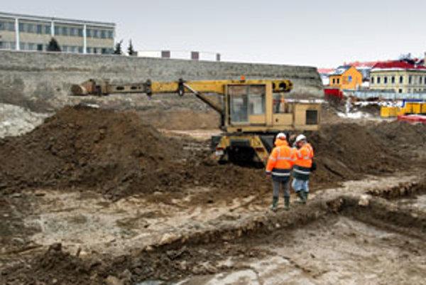 Akonáhle by archeológovia narazili na zaujímavý a historicky hodnotný objav, práce na stavbe prerušia.