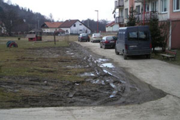 Na hriňovskom sídlisku Murinka chýbajú parkoviská.