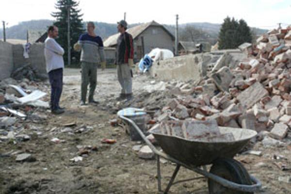 Susedia chodia celý týždeň pomáhať pri odpratávaní ruín domu.