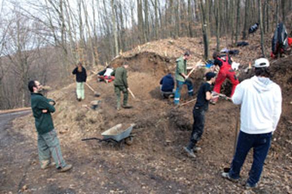 Pri výskume valu pomáhali archeológom vysokoškoláci.