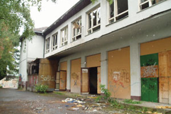 Bývalú budova školy doteraz chátrala.