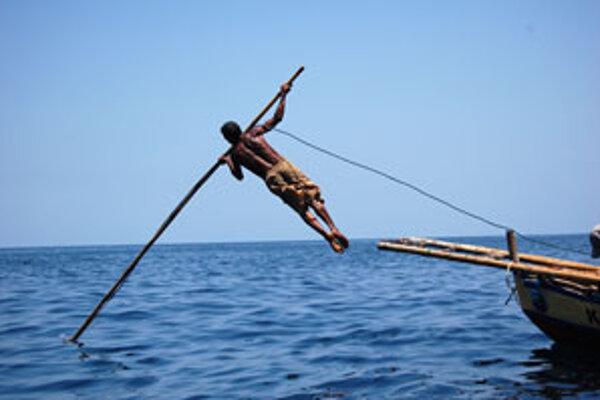 Takto lovia veľryby ľudia zázijskej dediny Lamarela (zfilmu Steva Lichtaga Poslední lovci).