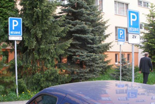 Platené parkovanie na sídlisku Západ využíva čoraz viac motoristov.