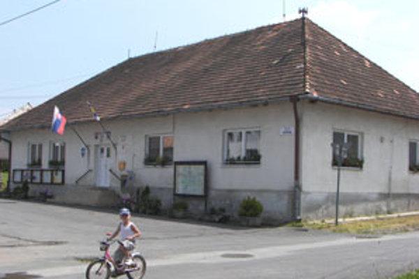 V Babinej už pozastavili plánovanú opravu strechy na obecnom úrade.