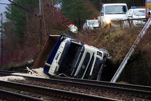 Trať blokuje nákladné auto.