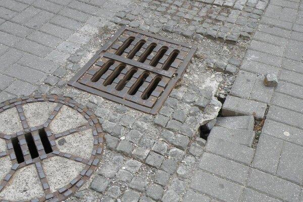 Nebezpečenstvo hrozí aj pri kanalizačnej vpusti, kde je dlažba prepadnutá.