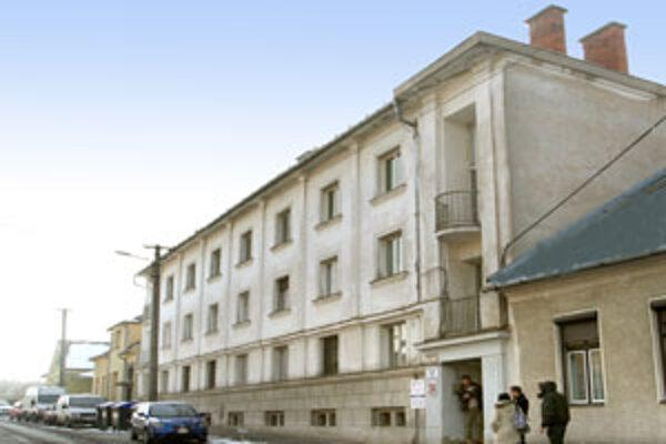 Geriatrické oddelenie sídli neďaleko areálu nemocnice v nevyhovujúcich priestoroch.