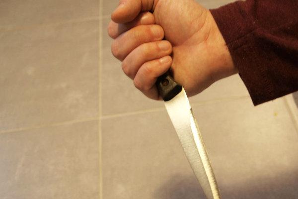 Muž kuchynským nožom usmrtil svojho príbuzného.