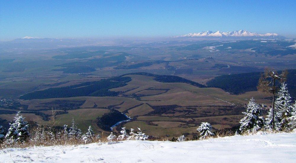 Pohľad zo Sľubice v Branisku počas jasného mrazivého dňa vo februári. Celý Spiš ako na mape, hlavný hrebeň Nízkych Tatier až po Ďumbier, či severné bočné hrebene ako Siná, vzdialená vzdušnou čiarou takmer 100 km. Vysoké a Západné Tatry sú bližšie, maximálne polohy sú od Sľubice 85 km (štít Baranec).