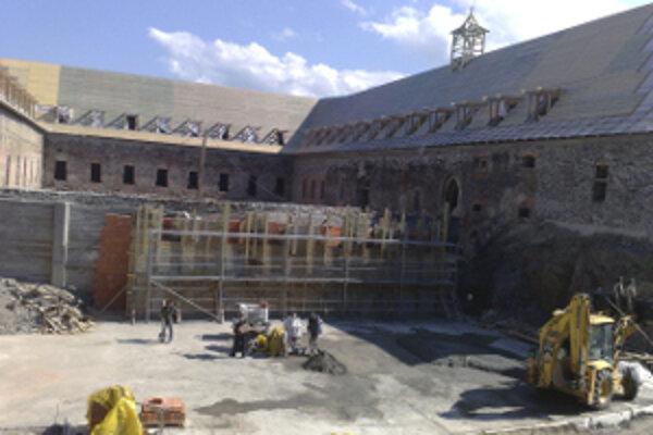 Samotná obnova kultúrnej pamiatky za viac ako 14 miliónov eur by mala byť ukončená koncom roku 2012.