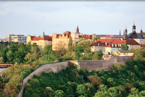 Děkanát a sídlo fyzikální sekce MFF UK v romantickém  prostředí pražského Karlova.
