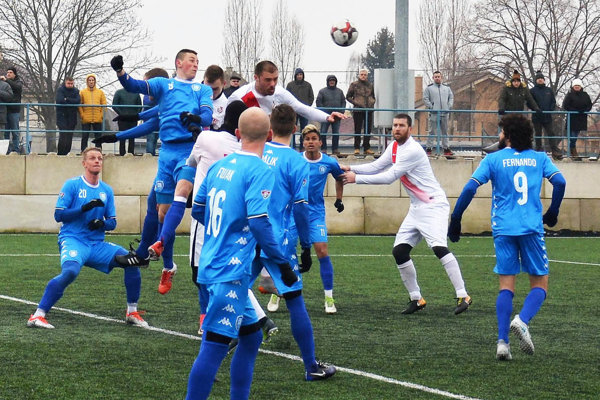 Sereď porazila Šamorín 3:1. Autor prvého gólu ŠKF Popin je vo výskoku v bielom, vpravo Michalík.