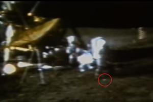Dve golfové loptičky. Astronaut Alan Shepard odpaľuje na povrchu mesiaca golfovú loptičku na videu z 6.2. 1971. Misia Apollo 14 za sebou na Mesiaci nechala dve takéto loptičky.