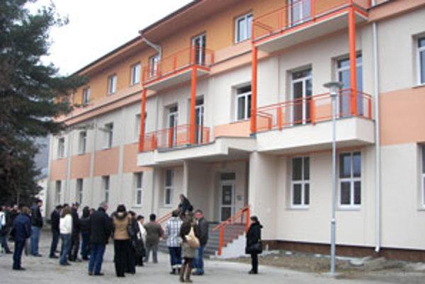 Pôvodný vojenský objekt pri prestavbe na byty zvýšili o vrchné podlažie.