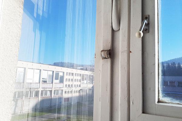 Najväčším problémom na strednej škole sú staré netesniace okná.