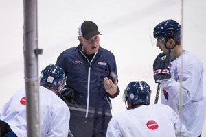 Tréner Craig Ramsay (druhý zľava) počas tréningu hokejovej reprezentácie.