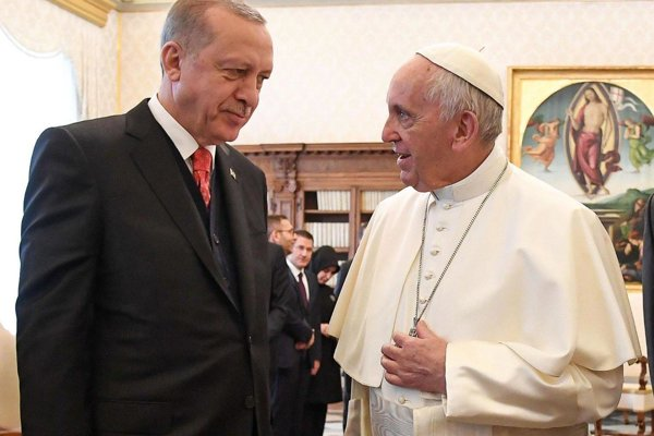 Turecký prezident Recep Tayyip Erdogan (vľavo) a pápež František.