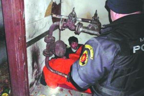 Nočná kontrola v prístrešku pri teplovodnom potrubí.