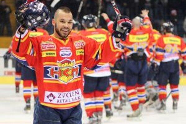 Marek Slovák a hráči HKm Zvolen oslavujú postup do semifinále po poslednom zápase so Skalicou.