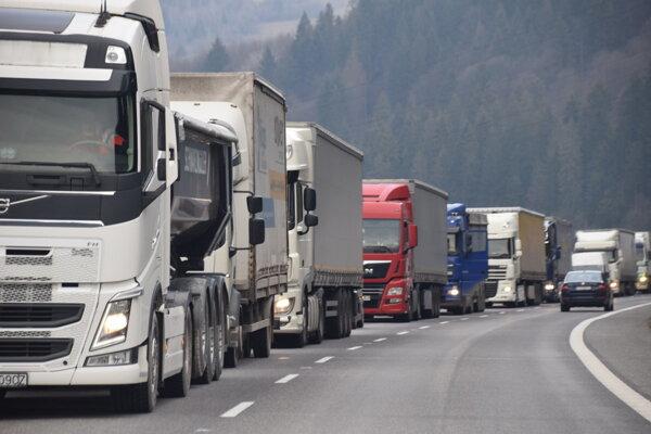 Vodiči si už zvykli na každodenné kolóny na cestách. Samozrejme, že takáto situácia je  neúnosná.