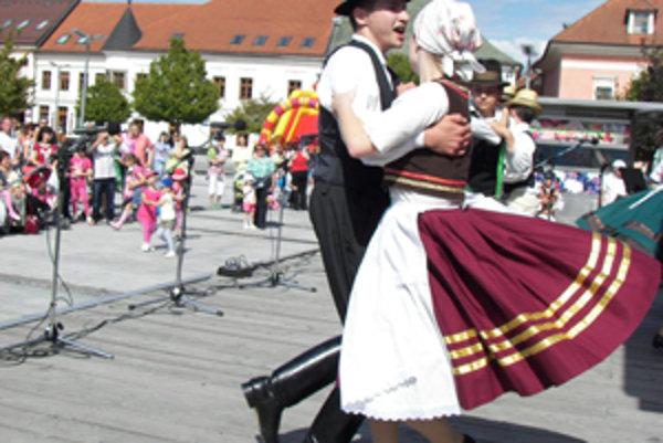 Na pódiu tancuje súbor maďarskej národnostnej menšiny Malá Rakonca z Fiľakova.
