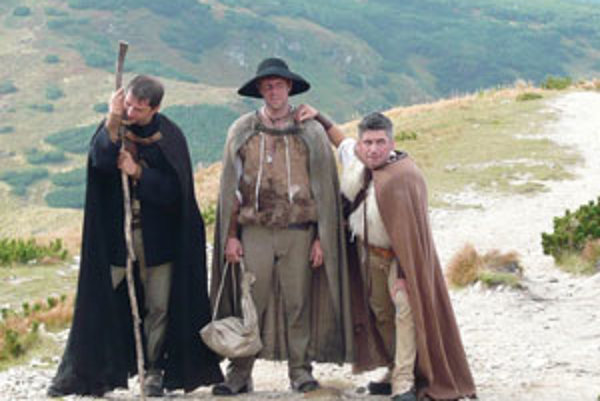 Traja pútnici (zľava) Martin Urban, Stanislav Marišler a Ondrej Mlynár na zábere z filmovania.