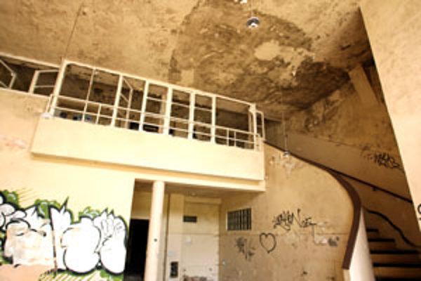 Budovy sú značne schátrané a poškodené vandalmi.