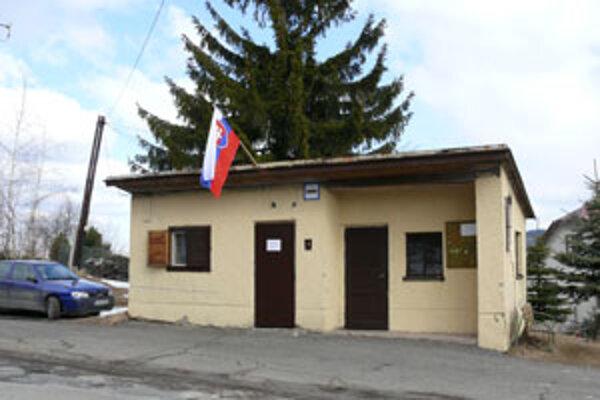 V Detvianskej Hute, v časti Žabica je volebný okrsok v tejto autobusovej zastávke.