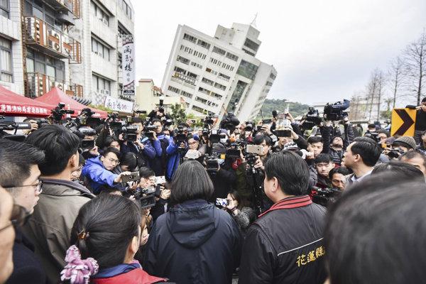 V meste sa podľa dostupných informácií zrútilo niekoľko budov vrátane hotelov či vojenskej nemocnice.