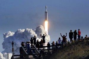 Diváci sledujú prvý štart rakety SpaceX Falcon Heavy.