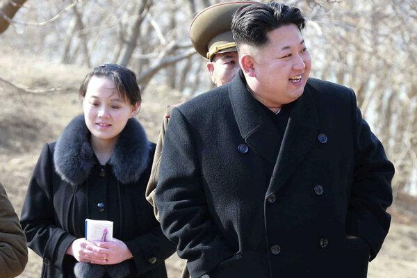 Kim Čong-un (vpravo) so svojou sestrou Kim Jo-džong.