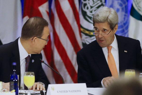 Americký minister zahraničných vecí John Kerry sa rozpráva s generálnym tajomníkom OSN Pan Ki-munom pred stretnutím ministrov zahraničných vecí svetových mocností venované kríze v Sýrii v sídle OSN v New Yorku.