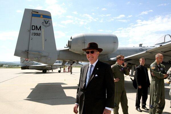 Posledným veľvyslancom USA na Slovensku bol Theodore Sedgwick (na snímke). Foto z letiska Sliač, kde v máji 2015 cvičili s našimi armádnymi zložkami letectva lietadlá americkej armády.