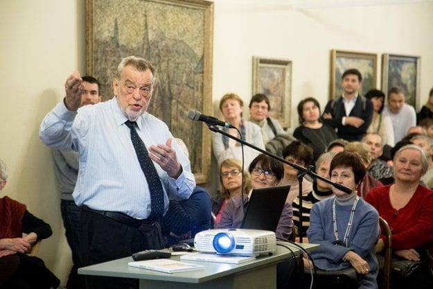 Pavel Ondrčka rozpráva pred nabitým hľadiskom ako sa žilo v UNITASe.