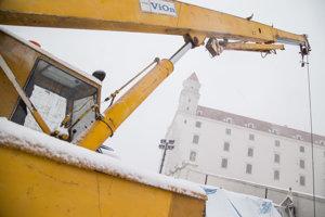 Stavebný mechanizmus pred Bratislavským hradom počas prehliadky priestorov pred plánovanou rekonštrukciou objektov v areáli Národnej kultúrnej pamiatky (NKP) Bratislavský hrad a objektu severných hradieb.