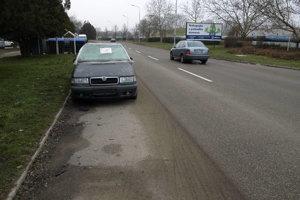 Niektorým občanom prekážalo, že odstavené autá zaberajú celú šírku krajnice.