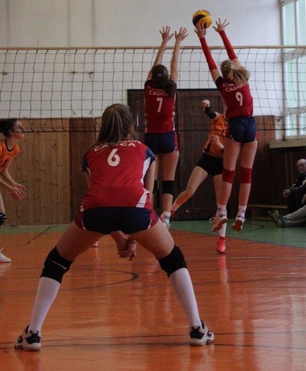 Na bloku Miriama Jurišová (7) aErika Turiaková (9), vpoli Peťa Truchlá (6).