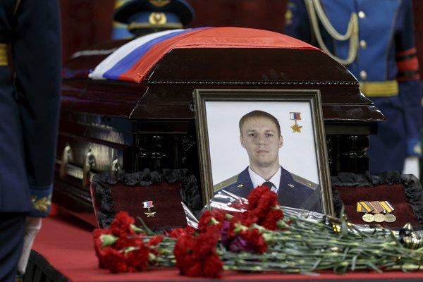 Rozlúčka s ruským pilotom Romanom Filipovom, ktorého zostrelili v Sýrii a ktorý sa neskôr sám odpálil granátom.